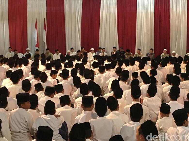 Saat Jokowi Goda Si Ganteng dari Ponpes Assunniyyah Jember