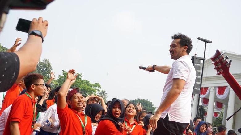 Foto: Giring Nidji Rayu Jokowi Naik Panggung