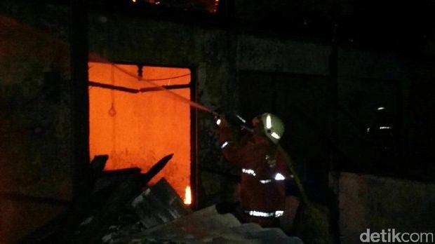 Kebakaran di Jatinegara Kaum Ludeskan Mes Karyawan, Tak Ada Korban