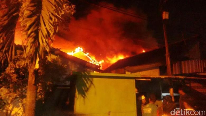 5 Rumah di Pemukiman Padat Penduduk Jalan Tales Surabaya Terbakar