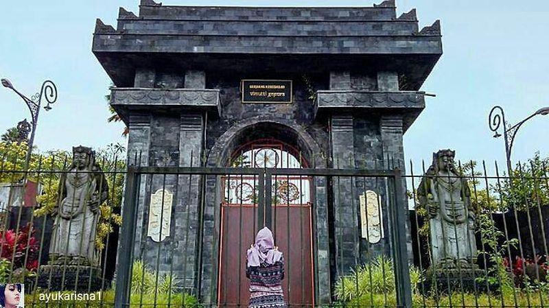 Gerbang kebebasan berdiri megah di pinggir tebing curam 550 mdpl di Desa Balerejo Kecamatan Wlingi Kabupaten Blitar. Diberi nama Gerbang Kebebasan, karena melalui simbol gerbang dari pintu Jati kokoh inilah, manusia bisa merasakan kebebasan nafsu duniawi (@ayukarisna1/Instagram)