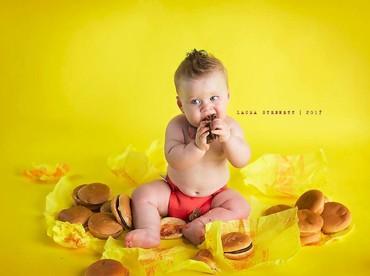 Sekarang, giliran Liam penasaran sama daging burger-nya nih. (Foto: Facebook/ Laura Stennett Photography)