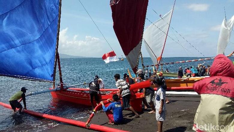 54 Perahu Layar Tradisional Taklukkan Selat Bali