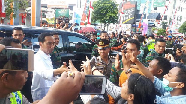 Keliling Jember Fashion Carnaval, Jokowi Diserbu Warga