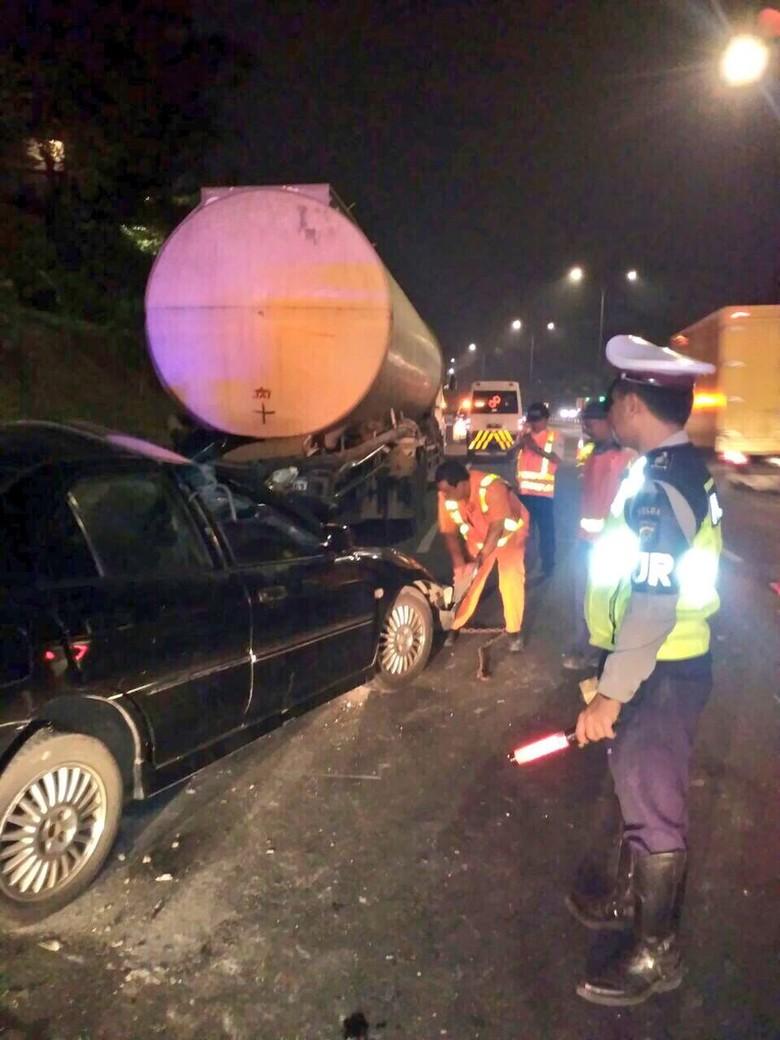 Sedan dan Truk Kecelakaan di Tol Gedong, Ada Korban Tewas