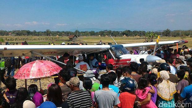 Pesawat Koni yang Mendarat di Ponorogo Dinaikan Trailer ke Pacitan