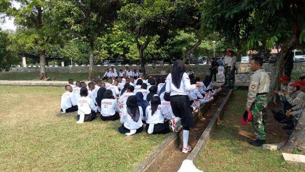 Saat istirahat berbagai yel-yel dinyanyikan peserta.