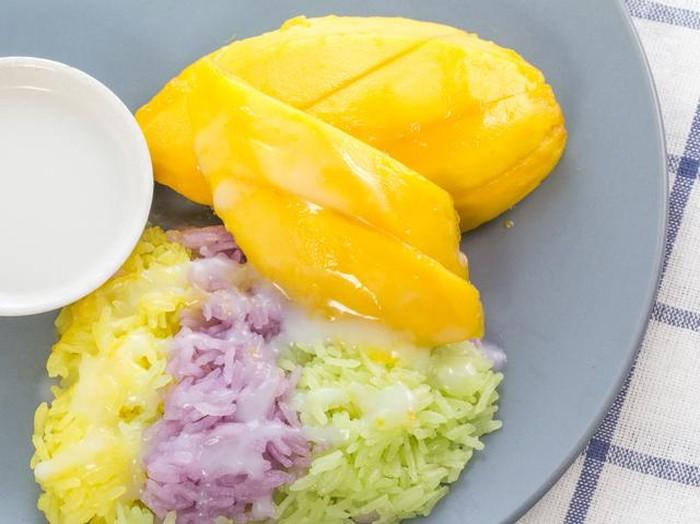Mango sticky rice atau yang biasa disebut dengan kha niew ma muang ini sangat enak. Nasi ketan yang dipadu dengan saus santan semakin enak dinikmati bersama dengan potongan buah mangga manis. Yummy! (Foto: iStock)