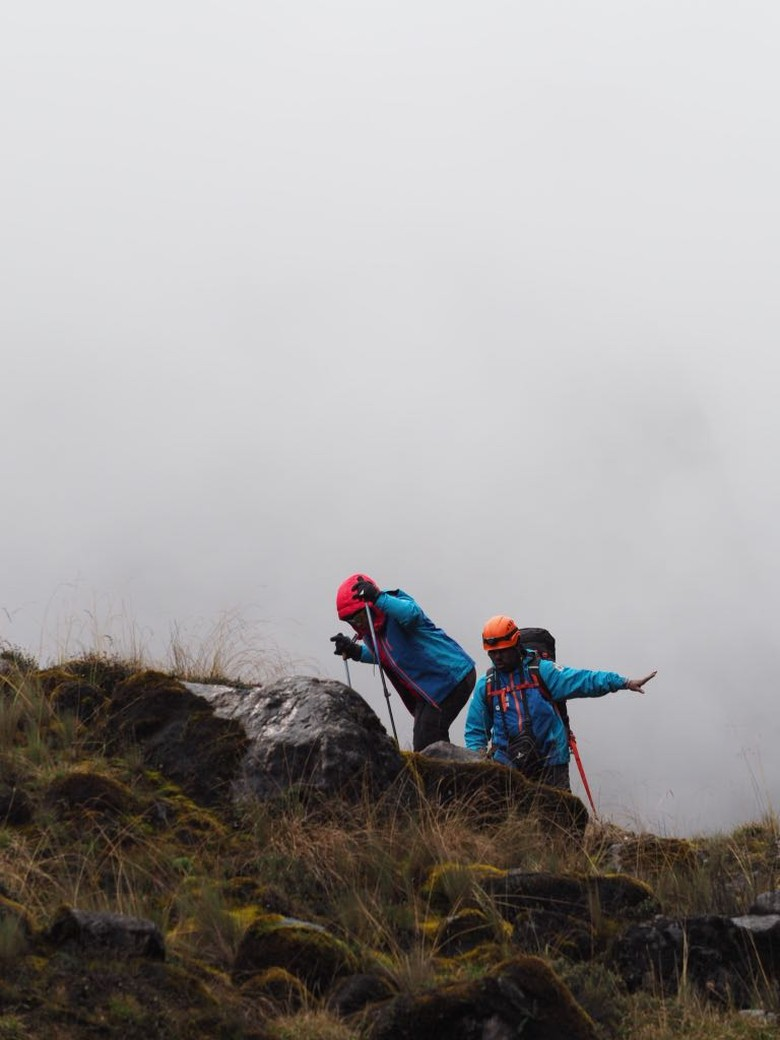Istri Kapolri dan Para Polwan Mendaki Puncak Cartenzs