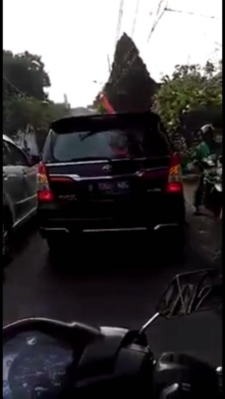 Viral Emak-emak Ngomel Lihat Mobil Anies Baswedan Serobot Antrean