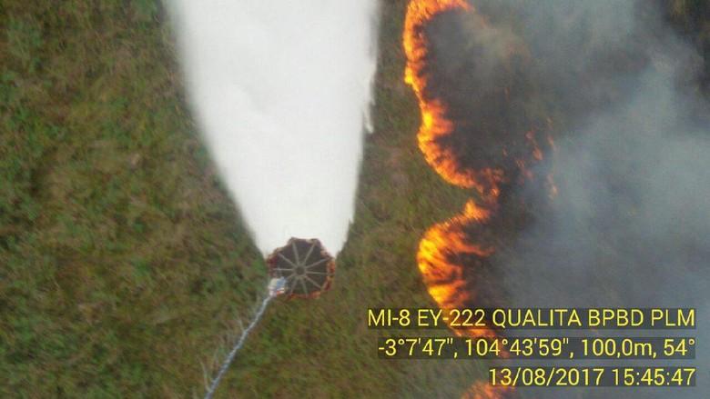 52 Kali Water Bombing, Kebakaran Lahan di Ogan Ilir Belum Padam