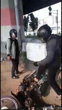 Tak Terima Ditilang, Pengendara Ini Malah Rusak Motornya Sendiri