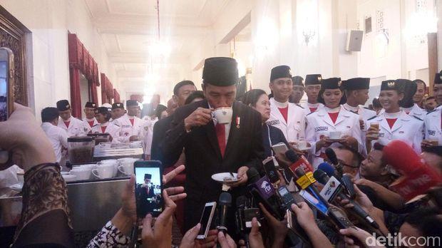 Presiden Jokowi menyeruput kopi Bali