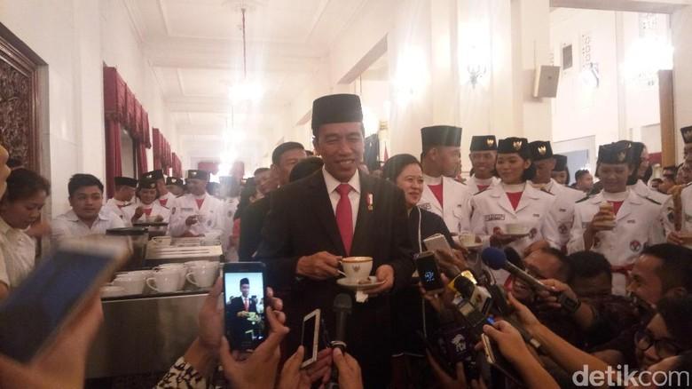 Nikmatnya Jokowi Nyeruput Kopi Khas Bali Bersama Paskibraka