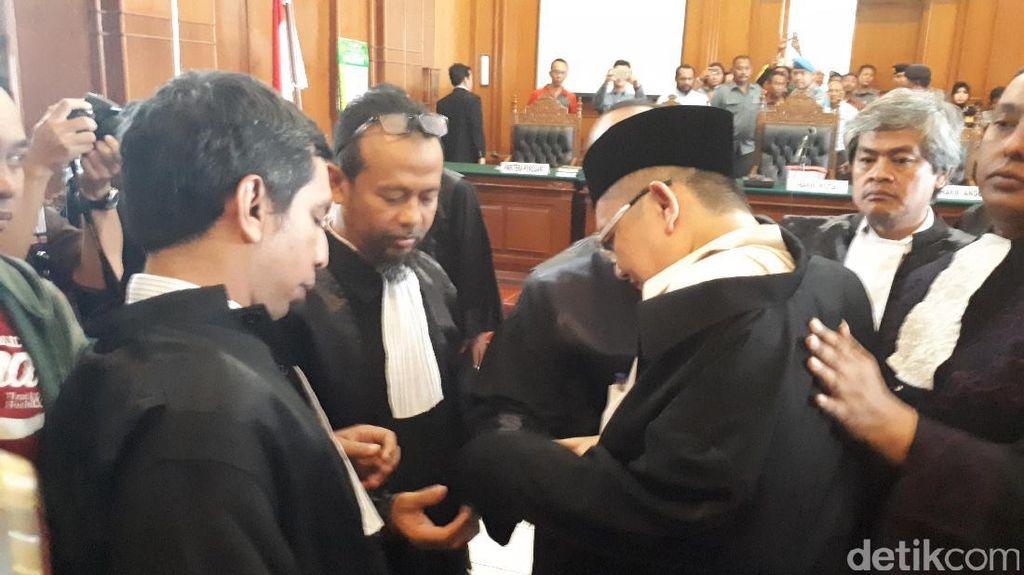 Pendukung dan Penasehat Hukum Protes Ustaz Alfian Tanjung Diborgol