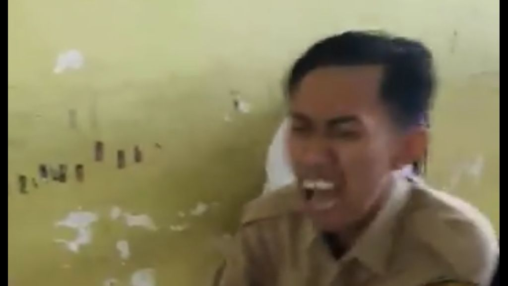 Video Kocak Saat Pak Guru Ditendang Murid yang Fobia Suntik