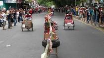 Seru! Puluhan Tukang Becak Ikut Lomba Balap 17 Agustus