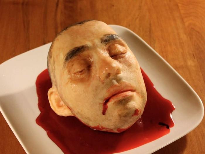 Terinspirasi dari kepala dan wajah sang suami, Katherine membuat cake yang bentuknya benar-benar mirip seperti wajah manusia. Yang lebih menyeramkan lagi ada lumuran darah yang seakan keluar dari kepalanya. Padahal di dalam kepala ini ada red velvet cake yang enak.Foto: Bussines Insider