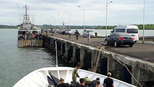 Speedboat terombang ambing di laut karena terkena hempasan angin.