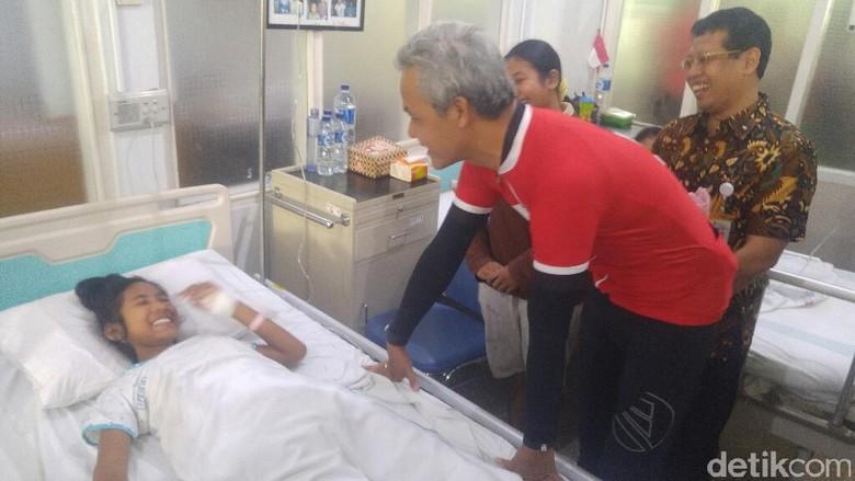 Gubernur Ganjar Jenguk Siswi Niken yang Lumpuh Pasca Imunisasi MR