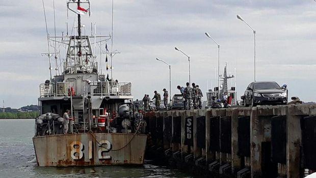 Proses evakuasi dilakukan dengan KN Gajah Laut milik Bakamla.