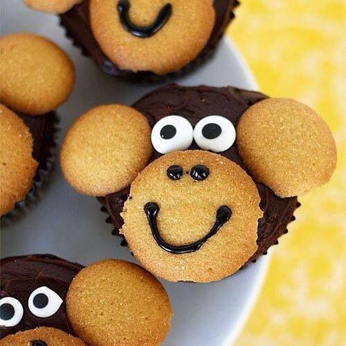 Cupcake cokelat dioles krim cokelat, biskuit manis bisa ditempelkan untuk wajah dan telinga monyet. Jangan lupa permen untuk matanya.Foto: Istimewa