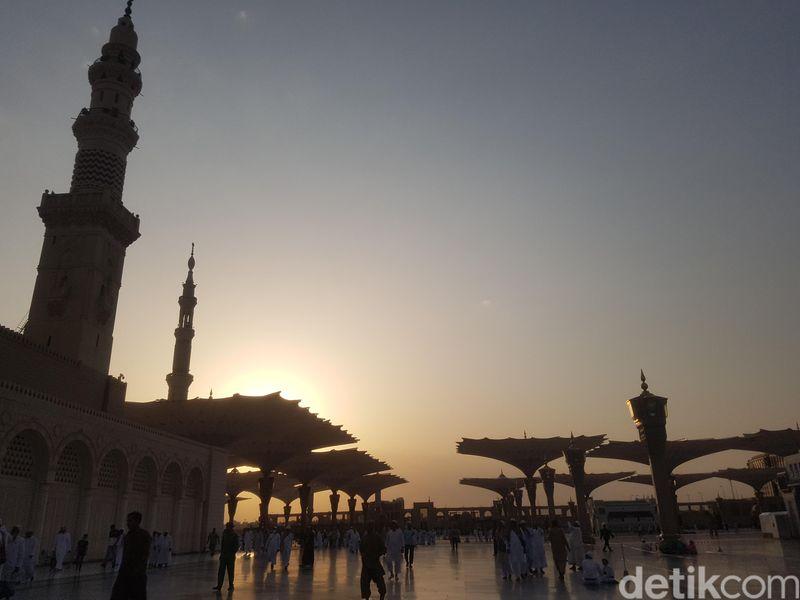 Kaum muslim dari berbagai belahan dunia datang silih berganti ke Masjid Nabawi. Subuh jadi waktu favorit. Sunrise, kesejukan, dan aura religi berpadu menjadi satu (Triono/detikTravel)