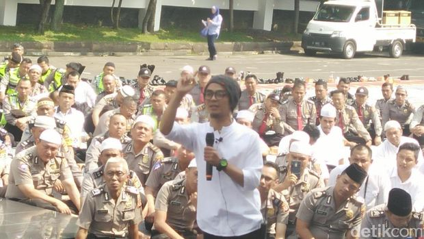 Evie saat mengisi acara di Mapolrestabes Bandung