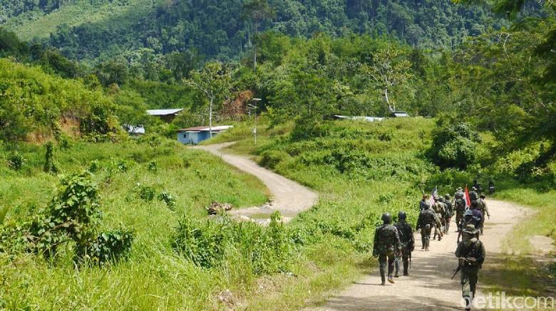 Foto: Patroli tentara perbatasan Indonesia-Malaysia di Entikong (Kurnia/detikTravel)