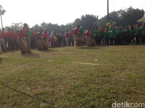 Prajurit Kopassus mengikuti lomba HUT Kemerdekaan RI, Sabtu (19/8/2017)