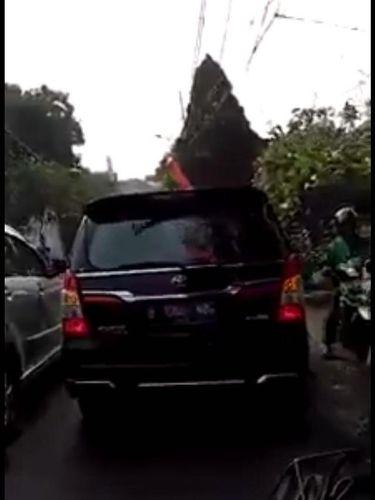 Mobil yang disebut ditumpangi Anies di jalan.