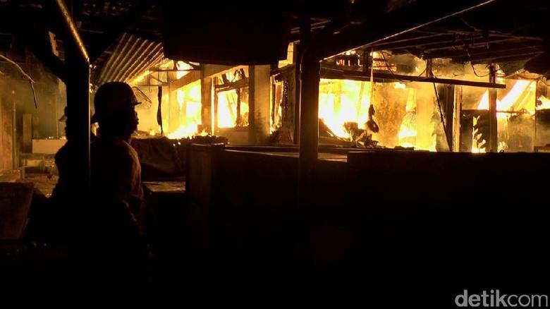 Kobaran Api di Pasar Pagi Kaliwungu Kendal Mulai Terlokalisir