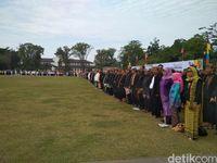 Pakai Baju Adat Sunda, PNS Ikuti Apel Besar HUT Jabar Ke-72