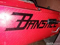 bagian kiri depan badan pesawat terdapat sebuah tulisan 'Banshee 6547'.