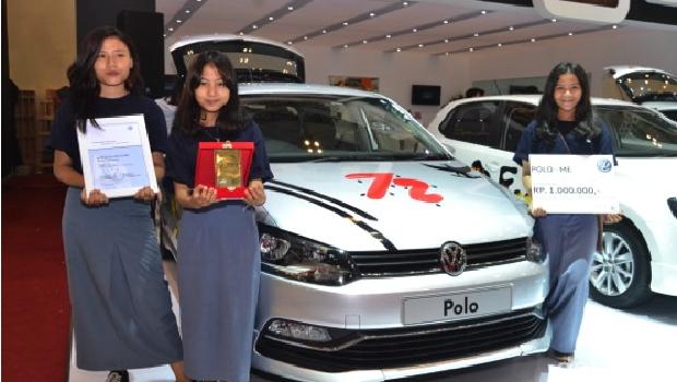Pemenang Juara Harapan dari PoloIsMe Stickering Contest dari SMA Global Surya Mandiri berpose di depan hasil kompetisi mereka.