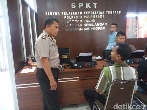 Seorang sopir taksi online melapor ke Polresta Palembang karena jadi korban pengeroyokan, perampasan, dan perusakan.