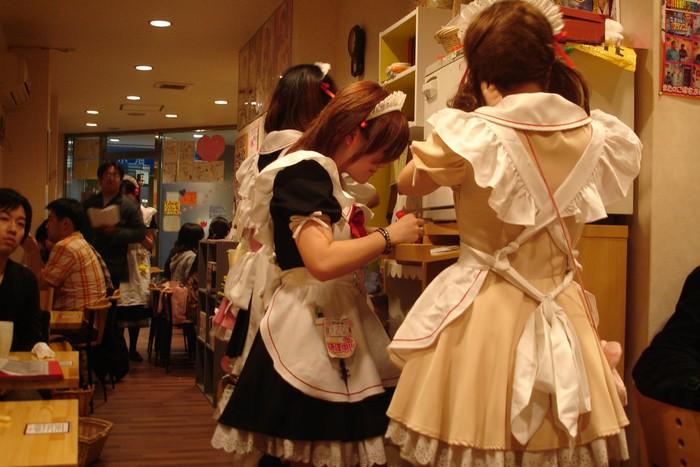Pernah dengan kafe yang dilayani oleh pelayan berseragam anime? Maid atau pelayan khas Jepang ini adalah kafe unik di Jepang. Tokoh maid sering muncul untuk melayani pengunjung kafe. Para pelayannya berdandan cantik dengan celemek putih, rok pendek dan seragam berenda. Kawaii! (Foto: Istimewa)