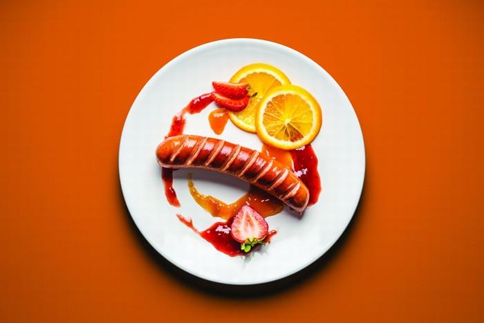 Vicky Jacob-Ebbinghaus dan Juarez Rodrigues adalah penulis buku Pickles And Ice Cream. Keduanya mengumpulkan ide ngidam makanan aneh ibu hamil lalu membuat versi fine dining-nya. Seperti sosis dengan selai strawberry dan apricot ini. Foto: Vicky Jacob-Ebbinghaus dan Juarez Rodrigues