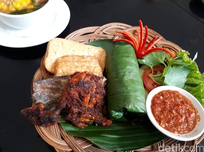 Kedai Sirih Merah sediakan menu Indonesia dan peranakan sedap. Salah satunya, nasi timbel komplet. Nasi berbungkus daun pisang ini disajikan dengan ayam bakar berbumbu manis pedas. Ada juga pelengkap ikan asin dan sayur asem. Sedap! Foto: dok.detikFood/Istimewa