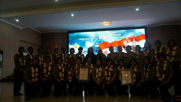 Penghargaan diberikan atas pencapaian tim ekspedisi Puncak Cartenzs Polwan.