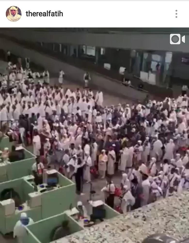 Viral, Video Jemaah Haji Indonesia Selawat di Bandara Banjir Pujian