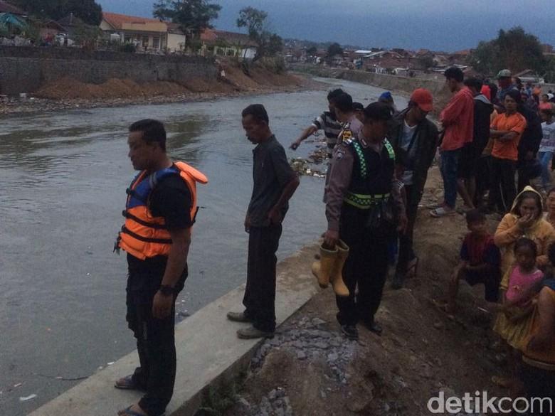 Dua Pekerja Bangunan Tenggelam Saat Berenang di Sungai Cimanuk