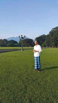 Beda Gaya Jokowi dan Trump Saat Lihat Gerhana Matahari