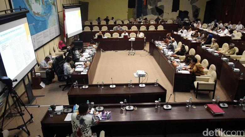 KPU dan DPR Debat Alot soal PKPU Form C7 Pilkada