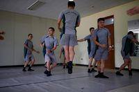 Para tentara belajar gerakan balet