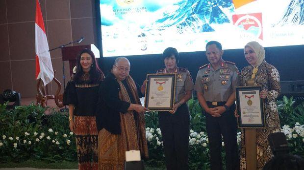 Penghargaan diberikan langsung kepada Kapolri Jenderal Tito Karnavian dan ibu asuh Polwan Polri Tri Karnavian.