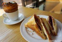 Roti bakar taro yang bisa dipadukan dengan es kopi susu.