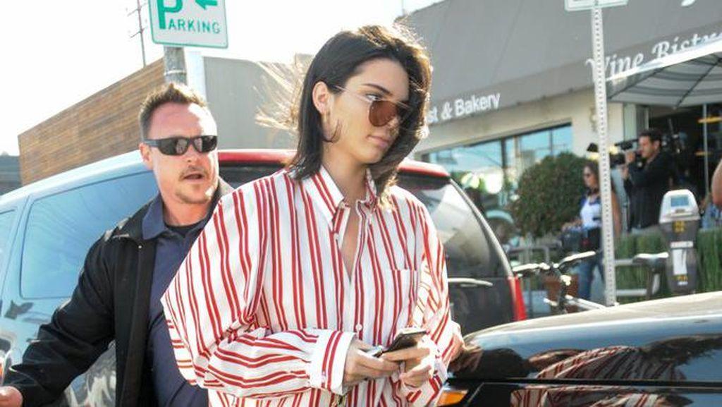 5 Tren Fashion Unik Ini Viral Pasca Dipakai Kendall Jenner & Bella Hadid