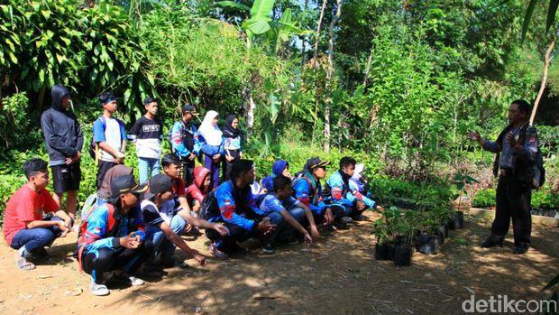 Bah Nunuh, Polisi 'Manusia Pohon' Sebar Virus Cintai Alam ke Pelajar