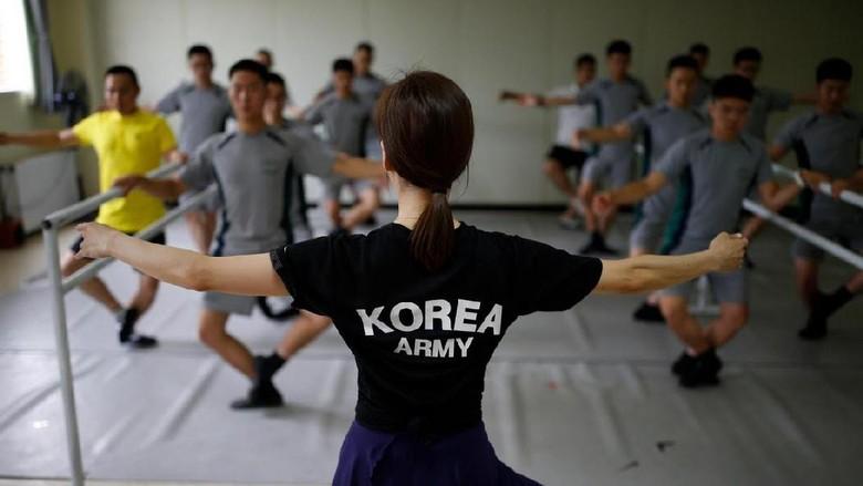 Suasana kelas balet yang diikuti tentara Korsel (Kim Hong-Ji/Reuters)